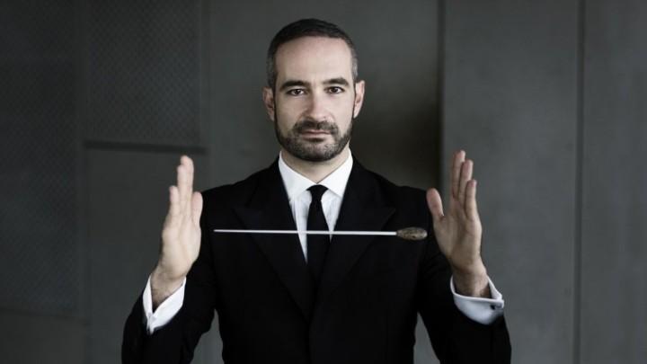 Der Dirigent Antonello Manacorda, ein Dirigierstab scheint zwischen seinen Händen zu schweben (Nikolaj Lund)